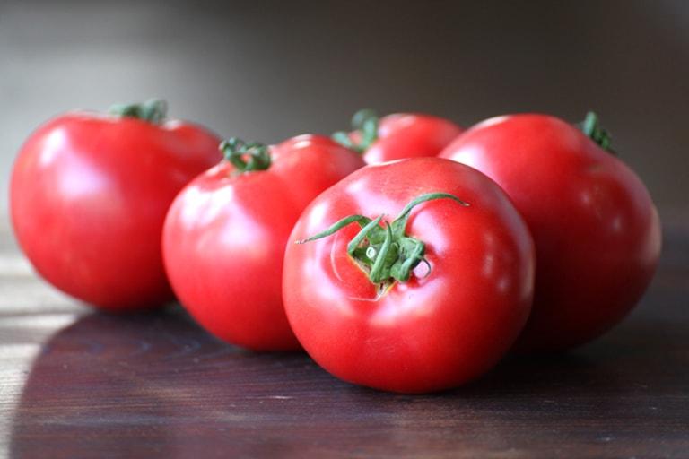 【意外にも相性バッチリ】ぱぱっと作れるトマトとイカのサラダ